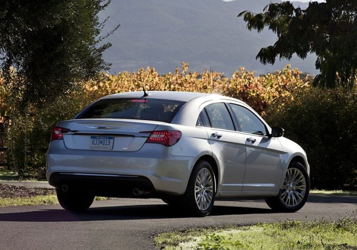 Chrysler 200. Photo by netcarshow.com