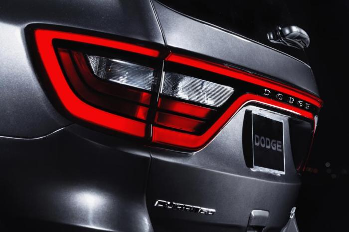 The unpopular Durango gets ready for its first deep facelift, just as it happened to its cousin, the Jeep Grand Cherokee. From the picture above it is clear the influence of the Dart on its stop lights