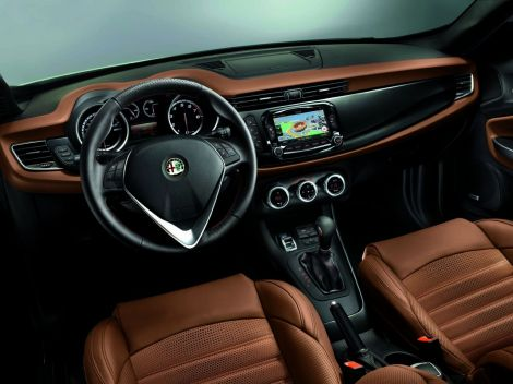 """The dashboard had a big improvement in both, aesthetics and functionality. Now it is possible to have a 5"""" or 6,5"""" Radionav, new seats and a new steering wheel."""
